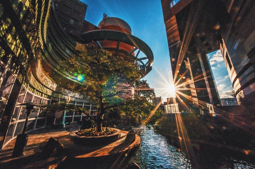 街を彩るキャナルシティ博多を楽しむ。