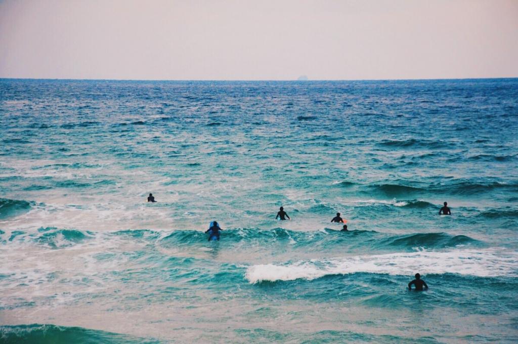糸島でサーフィンを楽しむ。